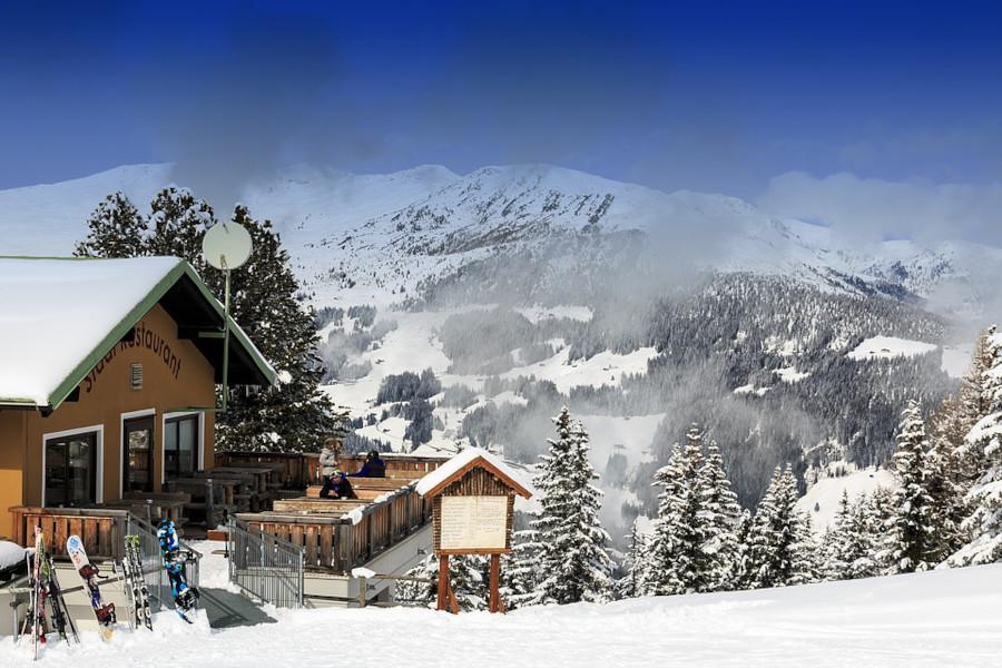Impressie van het straatbeeld in de wintersport Mayrhofen, met sneeuw